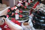 buty nike na półce sklepowej